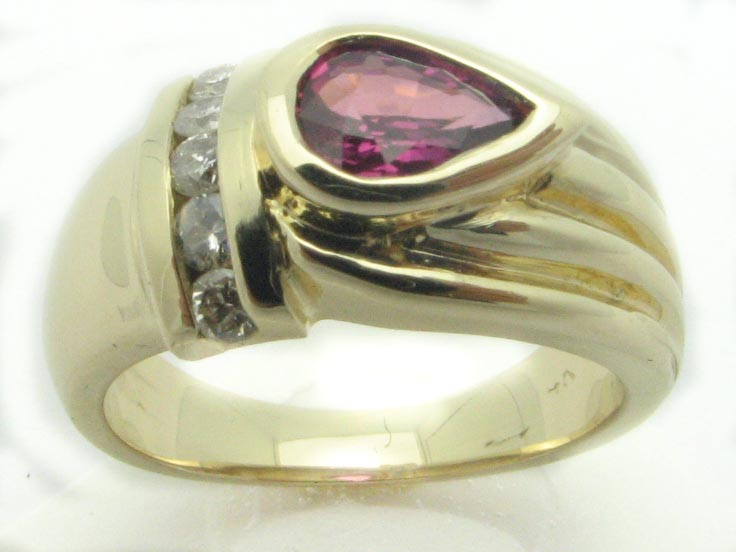 11326 14K YELLOW GOLD DIAMONDS AND RUBY RING