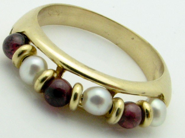 11334 18K YELLOW GOLD  PEARL AND GARNET RING